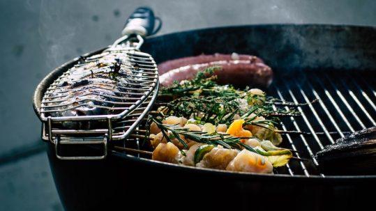 Grill mit Fisch und Gemüse
