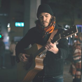 """Mit Angel und Akustikgitarre: Young Fast Running Man und sein neues Album """"Young Birds"""""""
