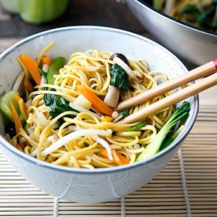 Vegetarische gebratene Eiernudeln oder auch Chow Mein