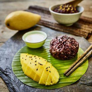 Thailändischer Schwarzer Klebereis mit Mango und süßer Kokossoße