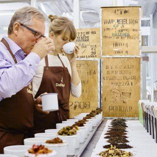 """""""Eine Tasse Darjeeling passt besser zur Weißwurst als Kaffee"""" – der Dallmayr Tee-Experte im Interview"""