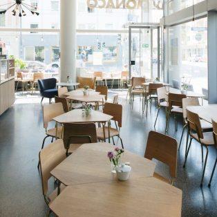 Ab dem 31. Januar kannst du die schicken Bellevue di Monaco-Tische und Stühle für einen guten Zweck erstehen