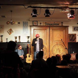 Bierplautzenenthusiasmus-selbsthilfegruppenvorsitzender: Slam-Poet Quichotte im Vereinsheim