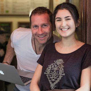 Wir haben den Betreiber von Münchens ersten plastikfreien Café interviewt
