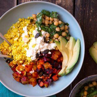 Blumenkohl-Reis-Bowl mit Ofengemüse