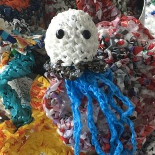 Häkeln mit Doris Dörrie: Bring deinen Plastikmüll zur HFF