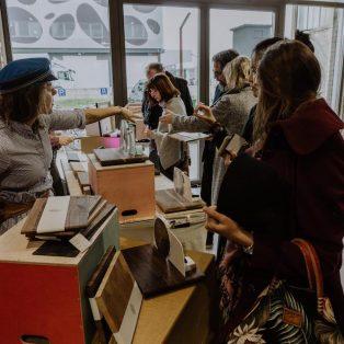 Erforsche die Kreativszene auf dem Kunst- und Designmarkt