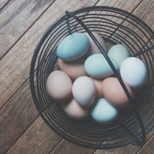 Ostereier färben Last Minute – mit Heidelbeeren und Kurkuma und ganz ohne Chemie