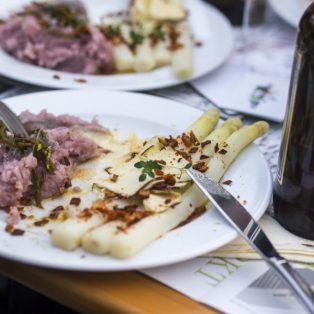 """Es muss ja nicht immer Schinken und Hollandaise sein: so geht veganer """"Spargel deluxe"""""""