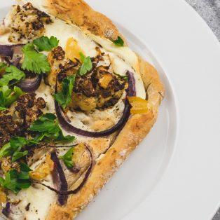 Orientalische Pizza mit Blumenkohl, Zaatar und Salzzitrone