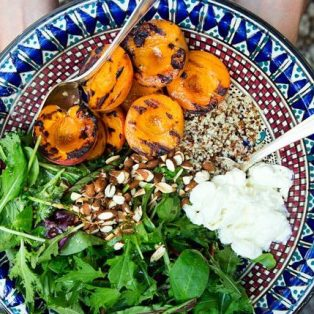 Wildkräutersalat mit gegrillten Aprikosen und Burrata