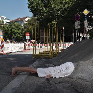 """Nicht den Sand in den Kopf stecken: """"Luc"""" geht auf Münchens Baustellen verschütt"""