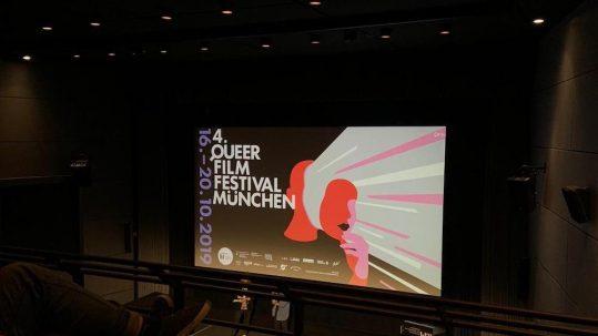 Plakat des 4. Queer Film Festivals in München, aufgelistet sind hier auch alle Partner des Festivals in München.