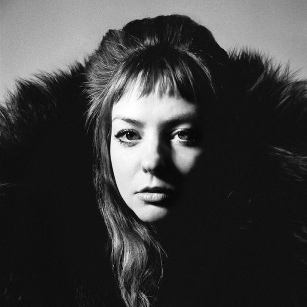 """Angel Olsen kommt am 30. Januar in die Münchner Kammerspiel – hier im Bild ist das Cover ihres neuen Albums """"All Mirrors"""" abgebildet: eine Portraitaufnahme ihres Gesichts"""
