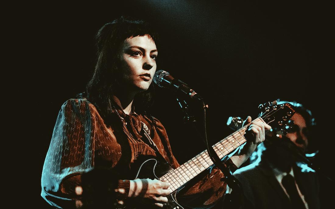 Angel Olsen kommt am 30. Januar in die Münchner Kammerspiel – hier im Bild ist sie mit Gitarre auf der Bühne