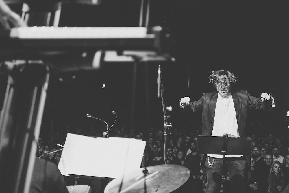 Claas vom Verworner Krause Kammerorchester auf der Bühne beim Dirigieren