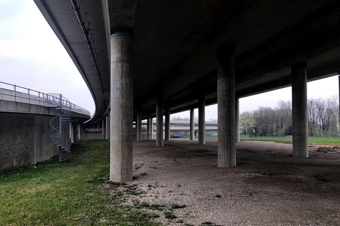 Brücke unter der Autobahn dort, wo später der Tatzelturm entstehen könnte.