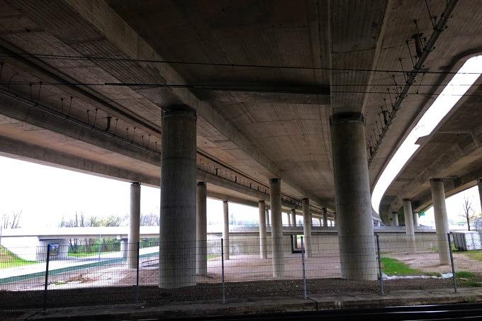 Autobahnbrücke, unter der ein Teil des Tatzelturms entstehen könnte