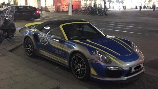 Der Polizeiporsche aus München am Parkplatz – Foto: © Marie-Louise Schneider
