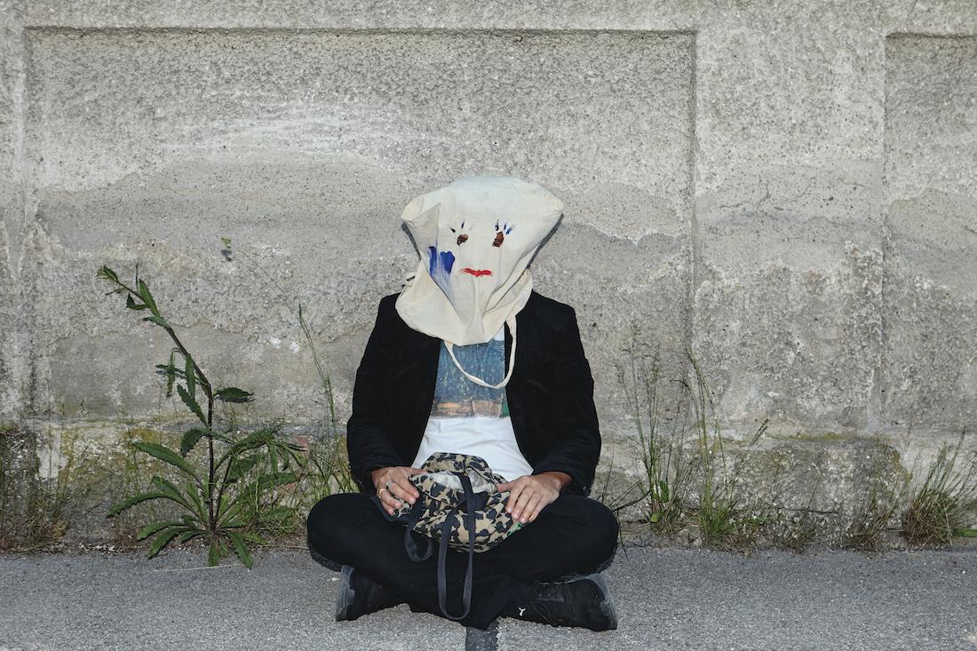 Promofoto von Enik mit Jutebeutel auf dem Kopf