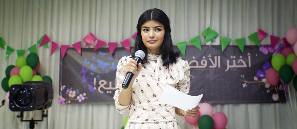 Die junge Ärztin Maryam (Mila Al Zahrani) präsentiert sich als neue Kandidatin für den Gemeinderat.