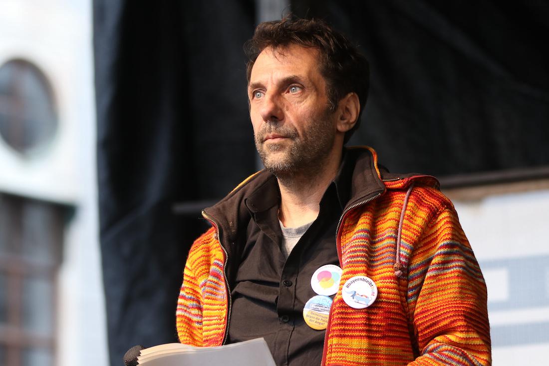 Die Linke Kandidat Thomas Lechner auf der Bühne
