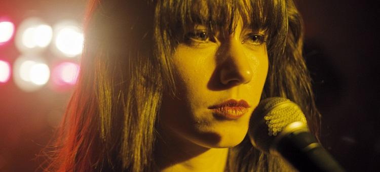 Rita ist Sängerin in einer Band und führt Carlos und Gera in den Club Azteca ein.