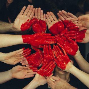 Crowdfunding, Charityshirts und Co: Hier kannst du deine Lieblingsmünchner*innen unterstützen!