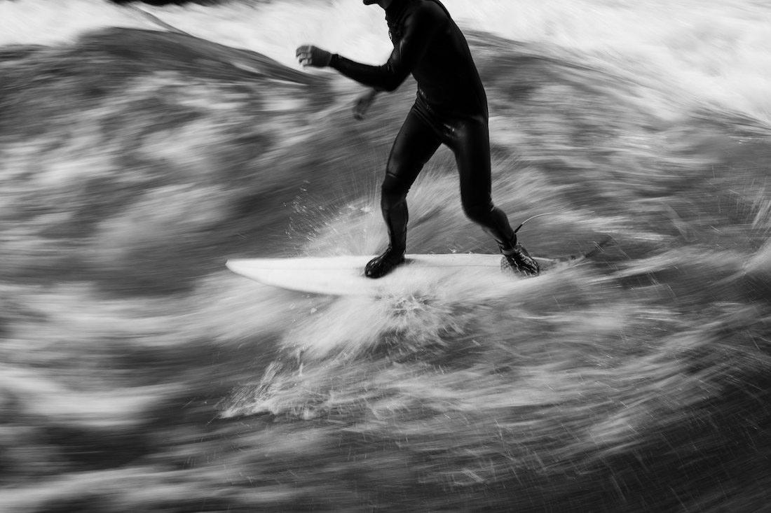 Andreas Müllner beim Surfen an der Eisbach-Welle. Foto: © Carolin Unrath