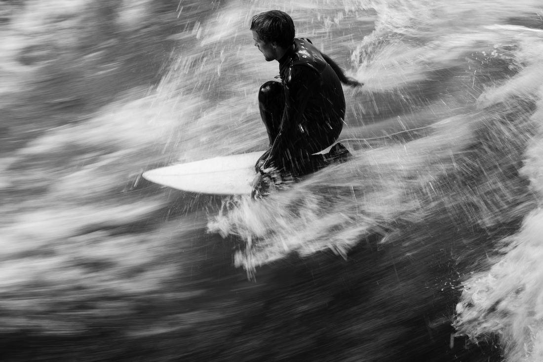 Andreas Müllner beim Surfen am Eisbach