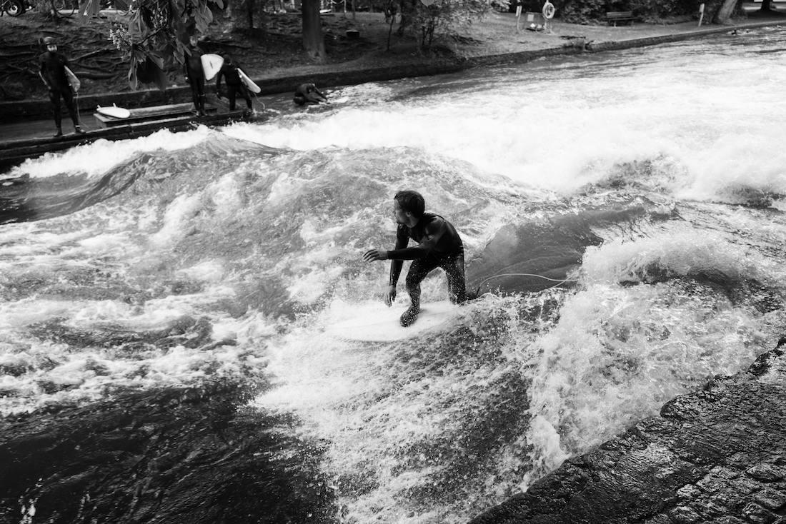 Andreas Müllner beim Surfen an der Eisbach-Welle