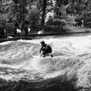 Endlich wieder Eisbach – die Surfer kehren zurück in die Stadt