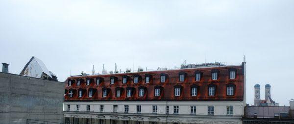 Panoramablick über den Dächern der Stadt mit Sicht auf das Penthaus à la Parasit