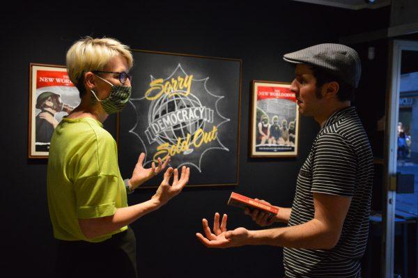Die zweite Oberbürgermeisterin (Katrin Habenschaden) und der Kurator der Ausstellung (Sebastian Pohl) im Gespräch