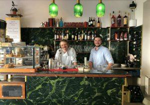 Daniel Wecker und Chris Schroth hinter der Theke ihrer neuen Tagesbar Junge Römer im Münchner Glockenbachviertel in der Pestalozzistraße