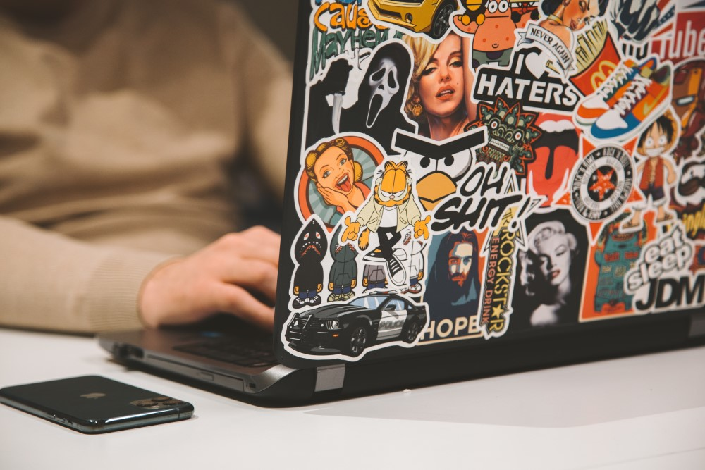 Sticker auf einem Laptop: Total im Trend