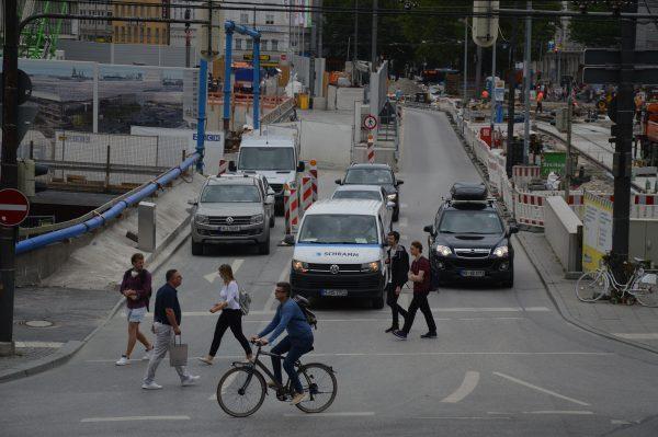 Baustellen, Fußgänger, Fahrradfahrer, Autos, E-Roller: Das ist München.