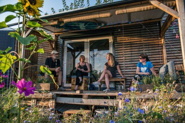 Thorsten Thane, Bernadette Felsch, Felicia Rief und Anna Hanusch auf der Terasse des Tiny House.