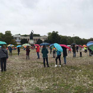 Regenschirme statt Protestplakate – So sah der etwas andere Klimastreik in München aus