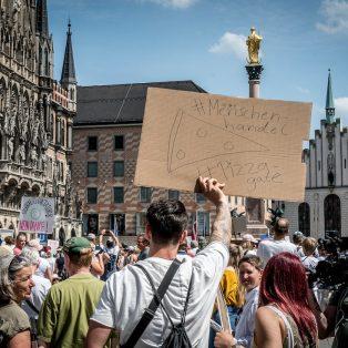 Querdenken in München: ein antidemokratisches Sammelbecken (Interview)