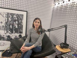 Lissie Kieser sitzt im Podcast Studio von MUNICH NEXT LEVEL