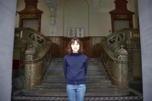 Foto von Kulturmanagerin Lissie Kieser vor dem Zwischennutzungsprojekt The Lovelace Hotel in München