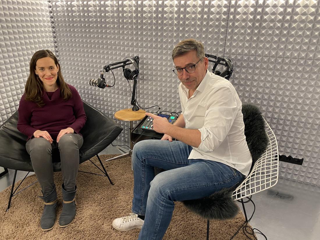 Silvia Gonzales im MUCBOOK Podcast Studio mit Moderator Marco Eisenack