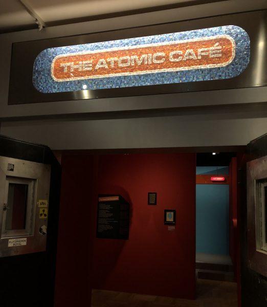 """Eingang zur Ausstellung """"Nachts. Clubkultur in München"""" im Münchner Stadtmuseum mit originalem Schild vom Atomic Café"""