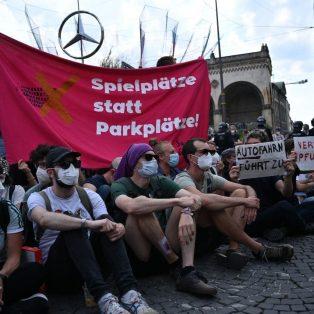 Hausbesetzung und Pfefferspray: Protest gegen die IAA eskaliert